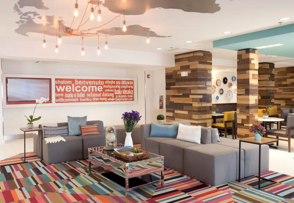 La Quinta inn & Suites Atlanta Airport North Lobby Seating