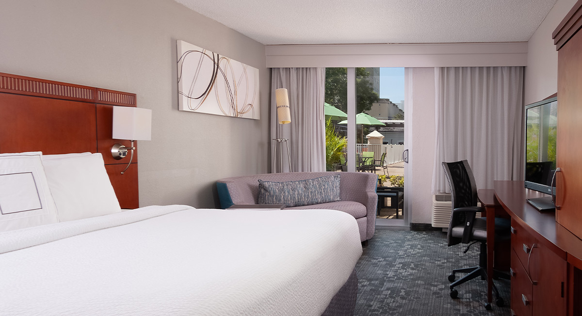 https://www.aurohotels.com/wp-content/uploads/Courtyard-by-Marriott-Miami-Coral-Gables-Slideshow-Photo-1.jpg