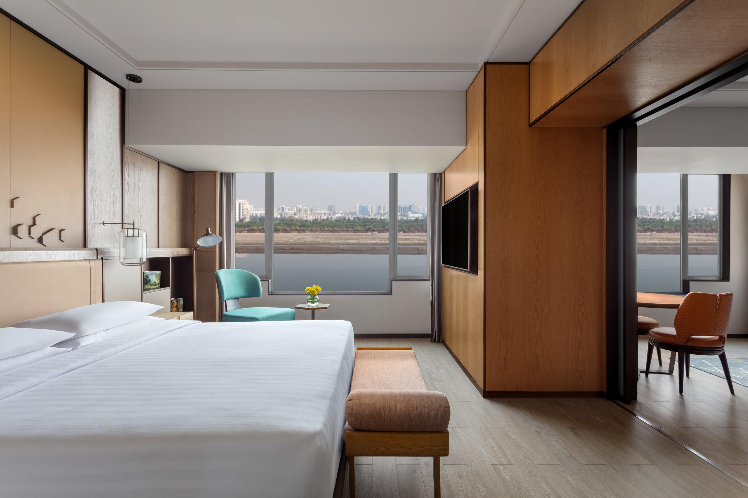 https://www.aurohotels.com/wp-content/uploads/MH_STVMC_grandluxe_suite_bedroom-scaled.jpg